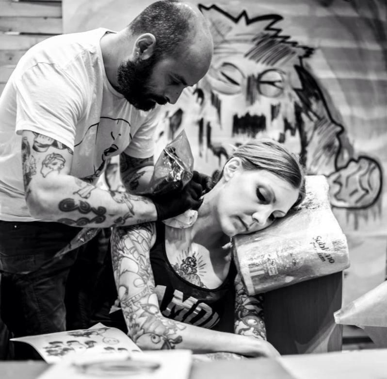 Seance tattoo après la naissance de sa fille : tattoo en son honneur (son faire part)