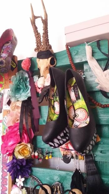 Le plein de couleurs sur la commode/porte bijoux/pinces/ chaussures/miroir...